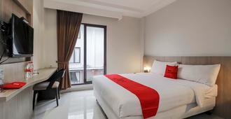 RedDoorz Plus @ Tb Simatupang - South Jakarta - Bedroom