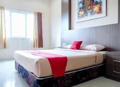RedDoorz Plus near Living World Pekanbaru - Pekanbaru - Bedroom