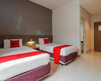 RedDoorz near Goa Sunyaragi - Cirebon - Bedroom