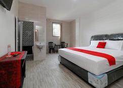 RedDoorz Plus Near Rs Royal Prima - Medan - Bedroom