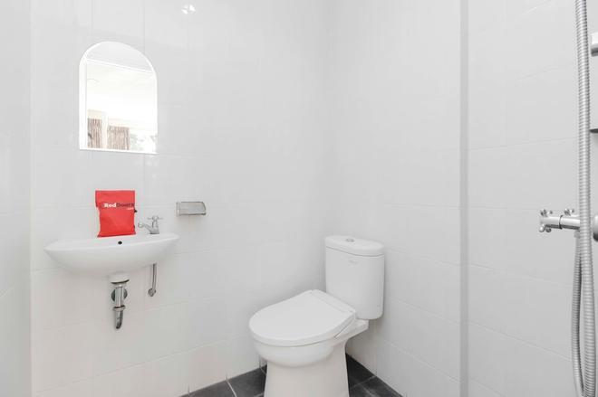 RedDoorz near Pancoran - Jakarta - Bathroom
