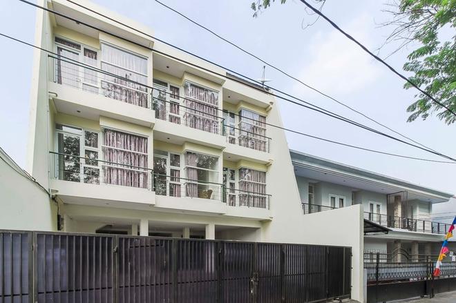 RedDoorz near Pancoran - Jakarta - Building