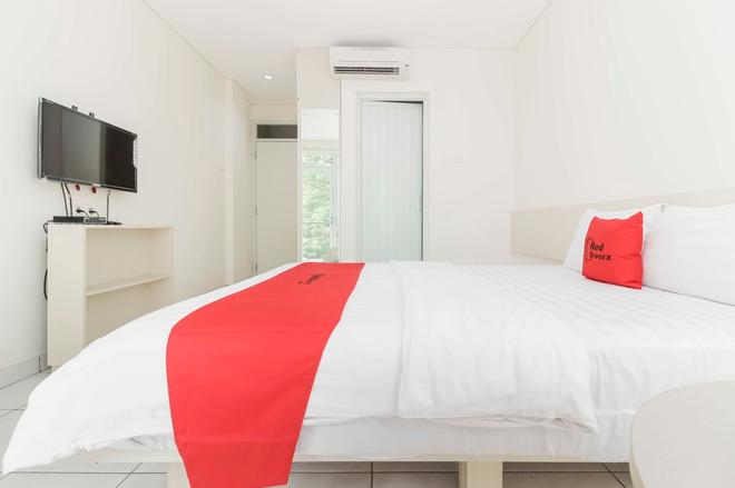 RedDoorz near Pancoran - Jakarta - Bedroom