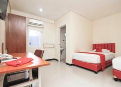 RedDoorz Plus @ Jalan Pemuda Jakarta - East Jakarta - Bedroom