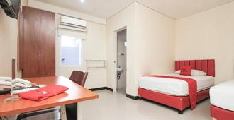 RedDoorz Plus @ Jalan Pemuda Jakarta - Yakarta - Habitación