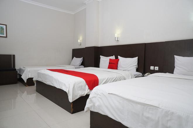 RedDoorz Plus @ Cihampelas 3 - Bandung - Bedroom