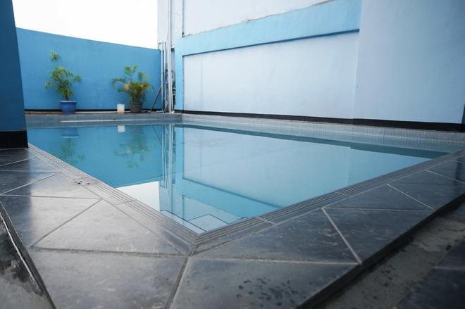 RedDoorz Plus @ Cihampelas 3 - Bandung - Pool