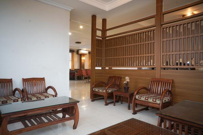 RedDoorz Plus @ Cihampelas 3 - Bandung - Lobby