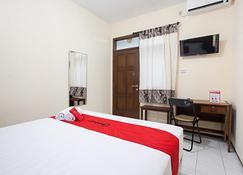 RedDoorz Near Brawijaya University - Malang - Bedroom