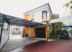 RedDoorz Plus @ Pogung Raya - Yogyakarta - Building