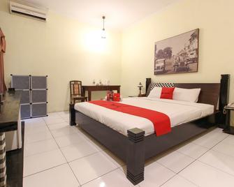 RedDoorz Plus @ Palagan - Ngaglik - Bedroom