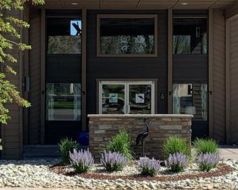 Sandhill Inn & Suites - Monte Vista - Hotel Entrance