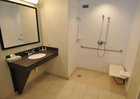 Freepoint Hotel Cambridge, Tapestry Collection by Hilton - Cambridge - Bathroom
