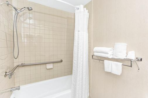 Days Inn by Wyndham Fort Lauderdale Hollywood/Airport South - Hollywood - Bathroom