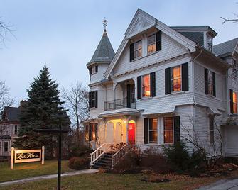 Lang House On Main Street - Burlington - Building