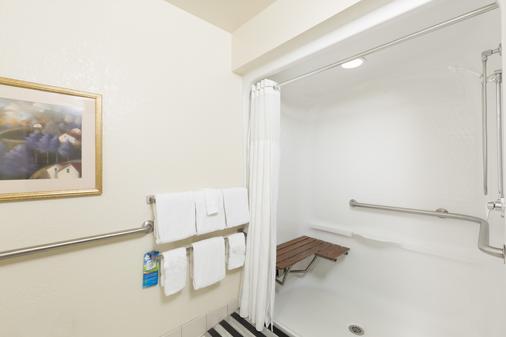 Baymont by Wyndham Des Moines Airport - Des Moines - Bathroom