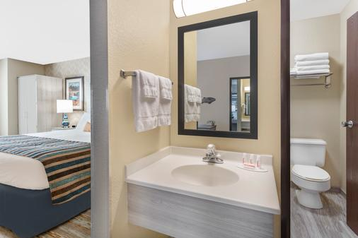 Baymont by Wyndham Spokane Valley - Spokane - Bathroom