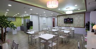 Gyeongju Friend Guest House - Hostel - Gyeongju - Yemek odası