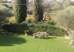 Bed and Breakfast La Corte degli Ulivi - Civitavecchia - Vista del exterior
