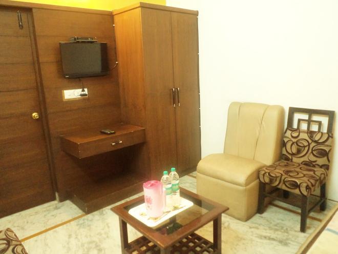 Hotel Aanandan Residency - Dehradun - Living room
