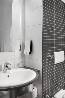 Tryp By Wyndham Lübeck Aquamarin - Lübeck - Bathroom