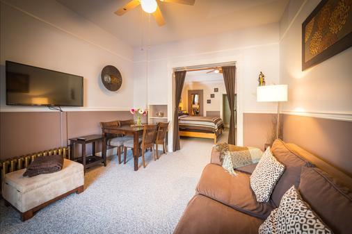 Cloudside Hotel - Nelson - Living room