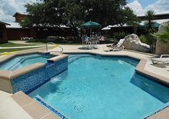 房車渡假村及小屋洛杉磯莊園飯店 - 奧斯汀 - 游泳池