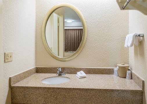 Red Roof Inn Jacksonville-Orange Park - Jacksonville - Bathroom