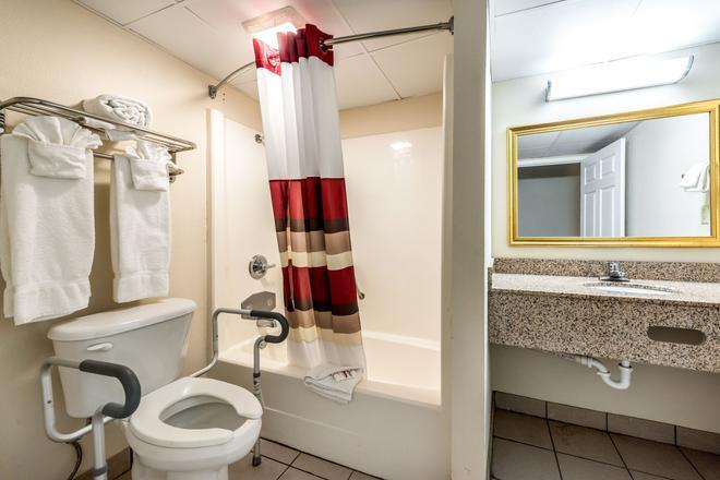 Red Roof Inn & Suites Pigeon Forge - Parkway - Пиджен-Фордж - Ванная