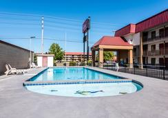 Red Roof Inn & Suites Pigeon Forge - Parkway - Pigeon Forge - Bể bơi