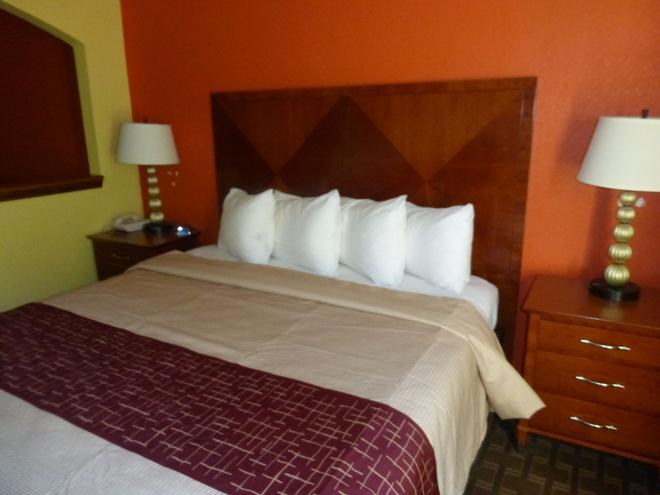 Red Roof Inn & Suites Madison, GA - Madison - Bedroom