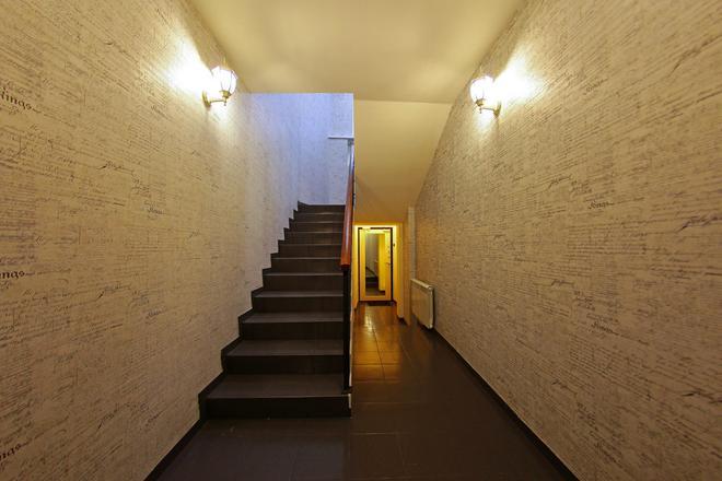 White & Black Home - Saint-Pétersbourg - Escalier