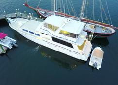 Ocean Romance Dockside Bed & Breakfast Yacht - Newport - Rakennus