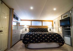 Ocean Romance Dockside Bed & Breakfast Yacht - Newport - Bedroom