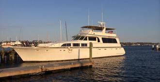 Ocean Romance Dockside Bed & Breakfast Yacht - Newport - Building