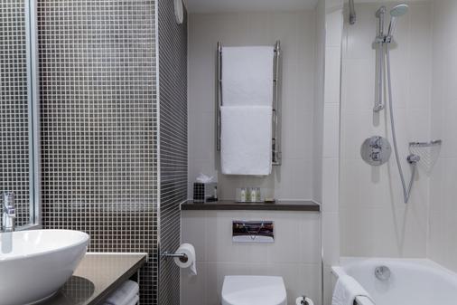 DoubleTree by Hilton Stratford-upon-Avon - Stratford-upon-Avon - Bathroom