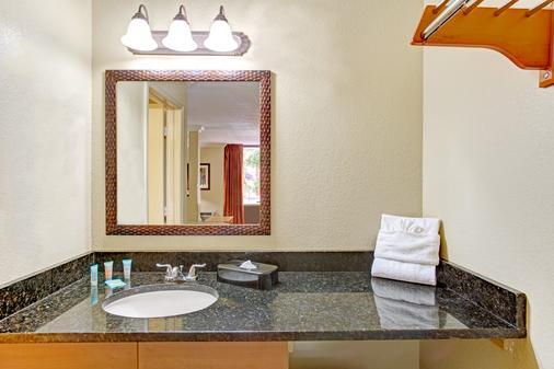 Days Inn by Wyndham Kissimmee West - Kissimmee - Bathroom