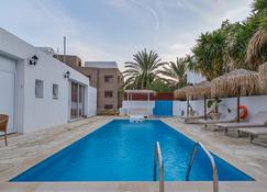 Antonis G. Hotel Apartments - Oroklini - Басейн