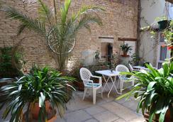 Hotel des Remparts - Beaune - Patio