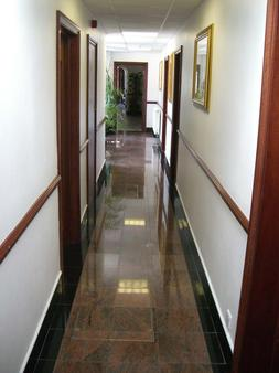 Kings Paget Hotel - West Drayton - Hallway