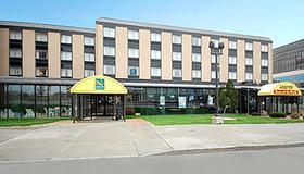 クオリティ ホテル スイーツ アット ザ フォールズ - ナイアガラ・フォールズ - 建物