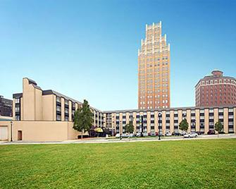 Quality Hotel & Suites At The Falls - Niagara Falls - Building