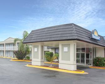 Days Inn by Wyndham Titusville Kennedy Space Center - Titusville - Gebäude