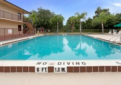 Days Inn by Wyndham Kissimmee West - Kissimmee - Pool