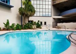 Comfort Inn and Suites Metairie - Metairie - Bể bơi