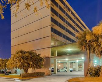Comfort Inn and Suites At Copeland Tower - Metairie - Building