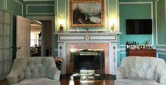 Idlwilde Inn - Watkins Glen - Living room