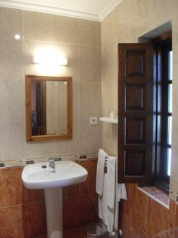 Hotel Cuevas - Santillana del Mar - Bathroom