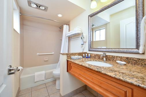 貝斯特韋斯特普拉斯旅行酒店及套房 - 京曼 - 金曼 - 浴室