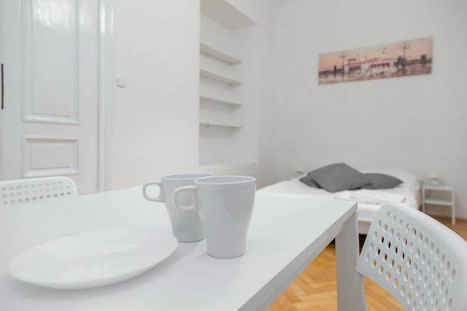 Metro Centrum Guest Rooms - Warsaw - Dining room